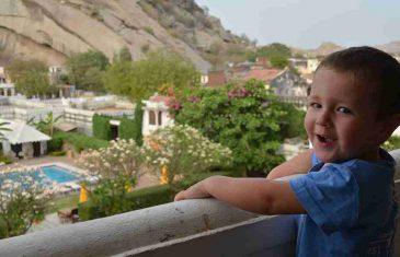 Brižni otac izbacuje dijete na balkon da ga ne bi trovao duhanskim dimom