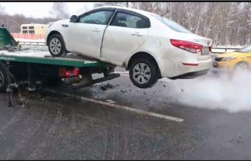 """Ludi ruski vozač: Nije dozvolio da mu """"pauk"""" odnese auto"""