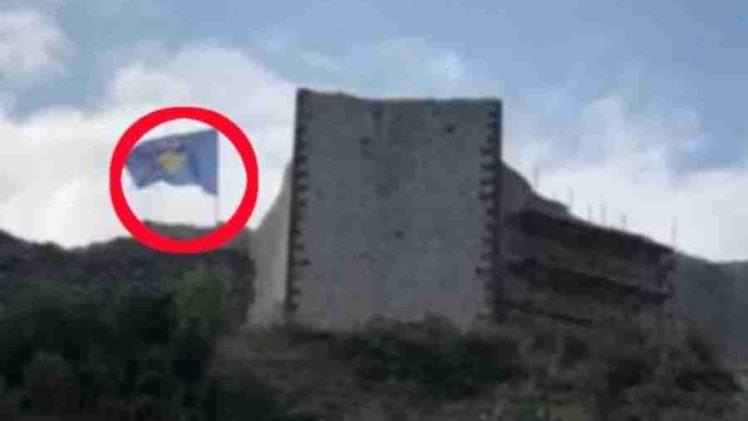 ALBANCI SRBIJI ZADALI TEŽAK UDARAC: Zastava Republike Kosovo vijori se na srpskoj tvrđavi u Novom Brdu, ispod nje su šatori sa vojnicima…