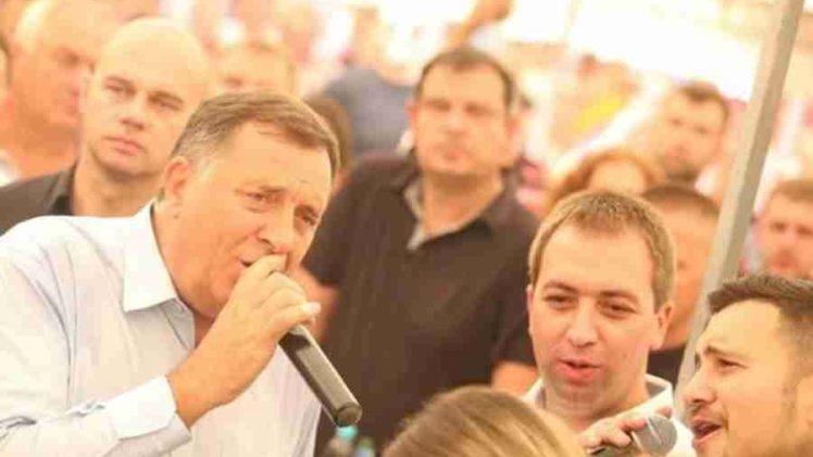 """""""OJ SRBIJO, NE TREBA TI VIŠE, POLA BOSNE ĆIRILICOM PIŠE"""": Dodik zapjevao ispod šatora na Manjači"""