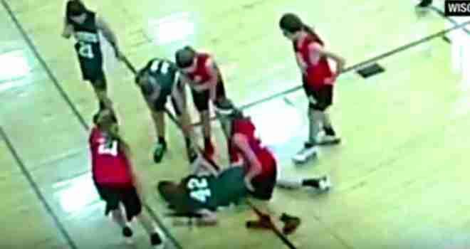 Mlada košarkašica ostala ležati na podu, zavapila: 'Komad parketa se zabio u mene'