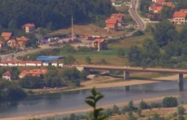 Pred šokiranim očevicima: Parkirao automobil nasred mosta na Drini i počinio samoubistvo