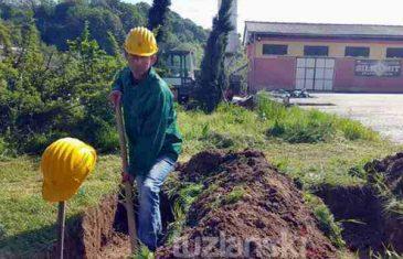 Očaj do smrti: Gladni radnici Tuzla- Kvarca iskopali grobove u kojima čekaju kraj…