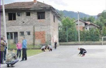 CIJELA BOSNA SE DIVI REPREZENTATIVCU: Milioner koji sa prijateljima sjedi na stepenicama u školskom dvorištu…