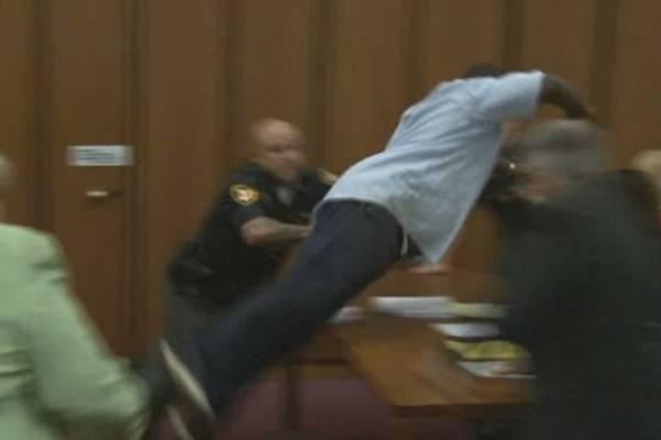 Potresan snimak: Otac u sudnici napao serijskog ubicu koji mu je ubio kćerku