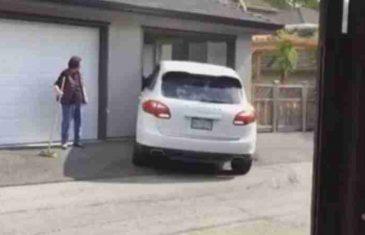 ZBUNIO SE MLADIĆ: Pogledajte ovaj pokušaj parkiranja Porschea