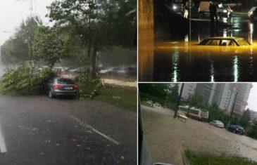 Haos u Sarajevu: Drvo palo na automobil, vatrogasci spašavali ženu iz potopljenog vozila