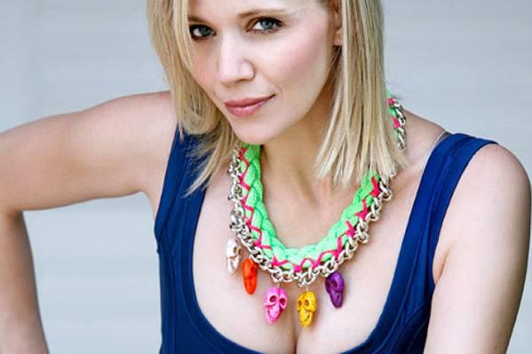 Javnost osudila pjevačicu: Jelena Rozga na posljednji ispraćaj Olivera Dragojevića došla u nešto SLOBODNIJEM IZDANJU!