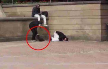 UKRAO MUSLIMANU TORBU: Evo ko je uskočio da pomogne nesretnom čovjeku (VIDEO)