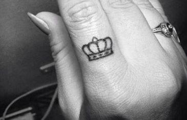 Zašto djevojke masovno tetoviraju KRUNE na prstima?
