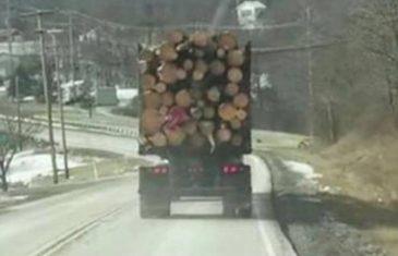 Imao je loš predosjećaj u vezi ovog kamiona, te je izvadio kameru. Ono što je snimio…