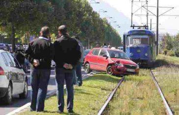 Saobraćajna nesreća: Automobil završio na tramvajskim šinama