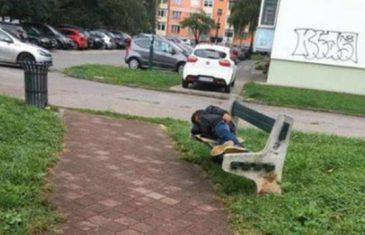 Potresno: Dječak spava na klupi ispred škole dok kiša pada…