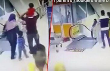 SNIMAK KOJI ĆETE TEŠKO ODGLEDATI DO KRAJA: Devojčica (3) pada sa očevih ramena pored pokretnih…