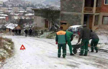 Zimska služba so posipa iz civara, a policija na uviđaj došla pješke