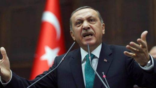 """ERDOGAN BACIO KARTE NA STOL: """"Suprotstaviti se napadima na našeg pejgambera stvar je naše časti. U Turskoj postoji 435 crkava, manastira i sinagoga koji su…"""""""