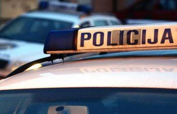 Policajci očajnu Sarajku nasilu uveli u automobil (VIDEO)
