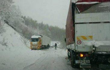 Snijeg otežava saobraćaj u BiH, neke dionice potpuno zatvorene