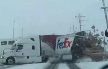 Voz punom brzinom prošao kroz kamion