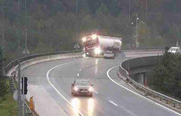 Jezivi snimak nesreće u Sloveniji: Kamion pao s nadvožnjaka, vozač poginuo