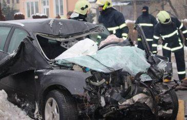 Vatrogasci hidrauličnim makazama sjekli limove da bi došli do nastradalog vozača Audija A3