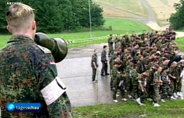 SKANDAL TRESE NJEMAČKU: S******i vojnike u kasarni kako bi ih očvrsnuli!