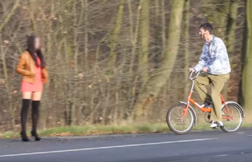 Koji kralj: Došao na biciklu da pokupi djevojku, prvo ga je odbila, a onda…(VIDEO)