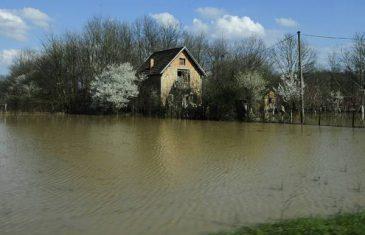 ALARMANTNA SITUACIJA : Vodostaji rijeka u porastu, ugrožene kuće u nekim naseljima(VIDEO)
