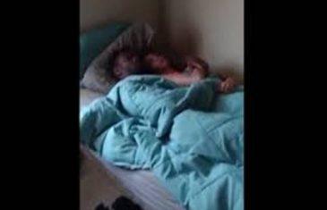 Mladić upao u sobu i snimio kako ga djevojka vara (VIDEO)
