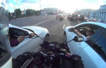 Rus uleteo motorom između dva automobila i uradio nešto potpuno neočekivano (VIDEO)