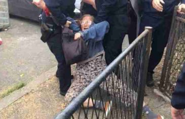 Dramatične scene sa lica mjesta: Majku i kćerku policija na silu izvukla iz kuće, građanka htjela pomoći pa je uhapsili!