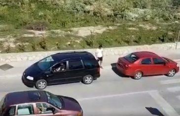 """VIDEO Svi se smiju vozačima iz Solina zbog toga kako su šlepali auto: """"Ja ovo ne bih ni pijan"""""""
