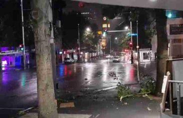 OLUJNI VJETROVI NAPRAVILI HAOS: Hiljade ljudi bez struje, kolaps na ulicama, POGLEDAJTE OVE STRAŠNE PRIZORE