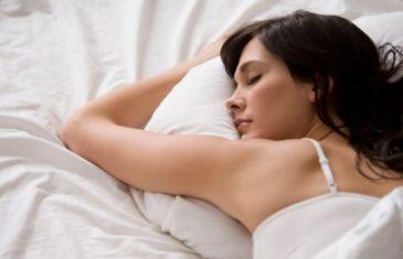 ZBOG NESNOSNIH VRUĆINA NE MOŽETE OKA SKLOPITI: Ovaj trik sa PEŠKIROM će vam pomoći da zaspete za tren!
