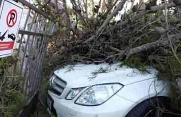 Strašno nevrijeme pogodilo Dalmaciju: Poginuo muškarac, razbijeni auti, krovovi…