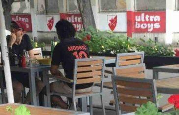 """KAKVA GREŠKA: Turist u Modrićevom dresu sjeo u kafić u beogradskom uporištu """"Delija"""", evo kako je završilo"""