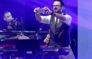 Ovo niko nije očekivao: Na Grašinu koncertu Petar kleknuo i zaprosio svoju Danijelu