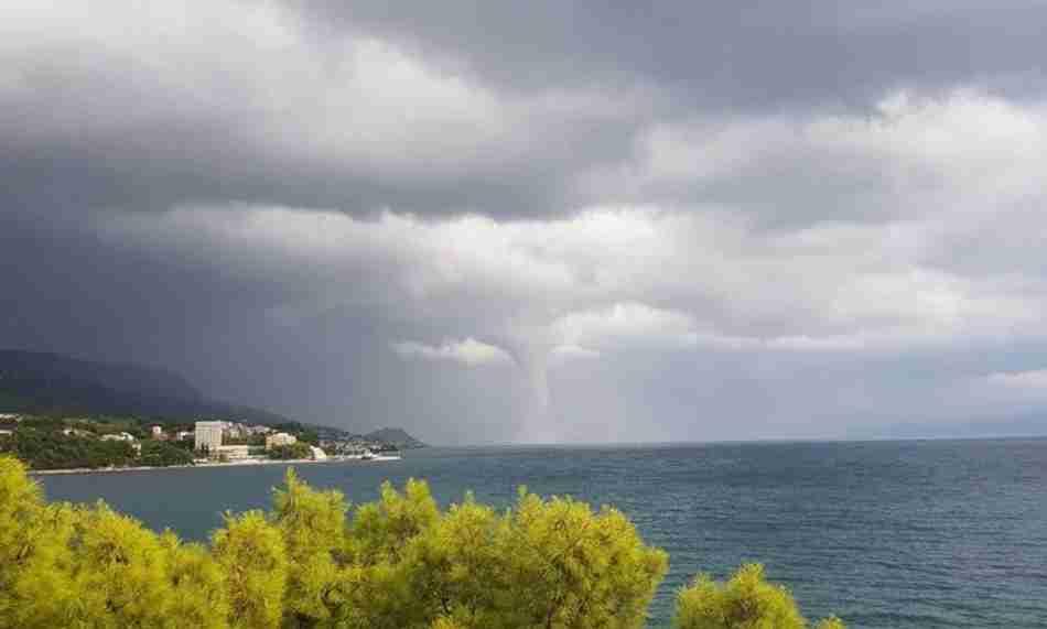 Nevrijeme hara Dalmacijom: Trogir pod vodom, pijavice na moru, požar na Hvaru