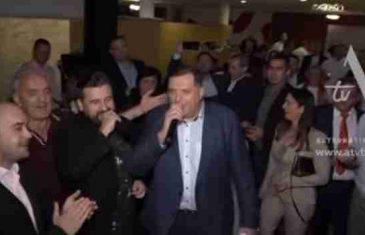 Ovako se sinoć slavilo u cetrali SNSD-a, nikad grlatiji Dodik prihvatio se mikrofona: Pogodite šta je zapjevao…