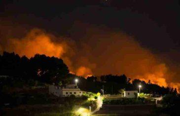 APOKALIPTIČNI PRIZORI IZ TURISTIČKOG RAJA: Vatrena stihija guta sve pred sobom, evakuirano 4.000 ljudi…