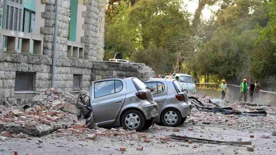 20 SEKUNDI PAKLA ZADESILO KOMŠILUK! Noćna mora kakvu nisu vidjeli 30 godina! Dijelovi zgrada padali na ljude i automobile!