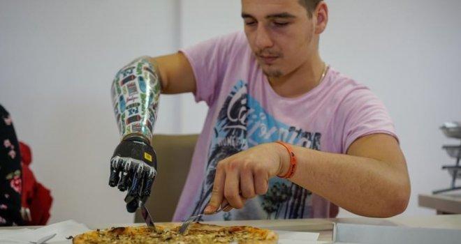'Ne sažaljevajte me, njom ću i pisati': Erminu (19) valjak je smrskao ruku, sada ima biotičku protezu kojom upravlja mislima