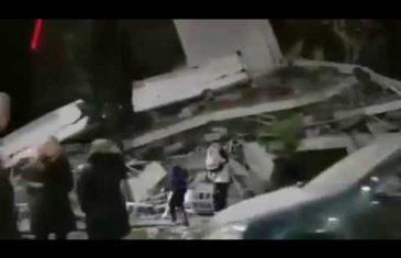 POTRESAN SNIMAK KUŽI DRUŠTVENIM MREŽAMA: Razorni zemljotres uništio je sve, pogledajte dramatično spašavanje dječaka iz ruševina…
