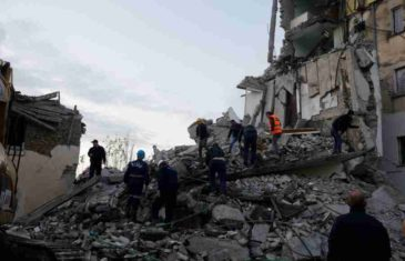 POTRESNA PRIČA IZ ALBANIJE: Ispod ruševina  izvučna tijela zaručnika Almira i Stele, a u rukama im dijete (VIDEO)