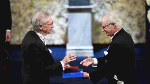 EVROPO, SRAMI SE: Švedski kralj Karl Gustav zvanično uručio Nobelovu nagradu Peteru Handkeu (FOTO)