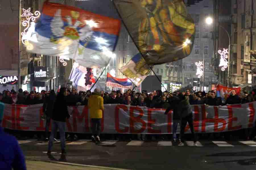JEZIVE SCENE IZ BEOGRADA: Huligani raketama gađali crnogorsku zastavu, ono što su uzvikivali LEDI KRV U ŽILAMA…