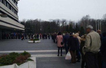 HAOS ISPRED BOLNICE U SRBIJI, HILJADE LJUDI ČEKA ČEKA PREGLED: Svima se uzima bris zbog korona virusa