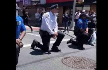 POLICAJCI IZ NJUJORKA I MIČIGENA KLEKLI PRED DEMONSTRANTE: Odali poštu preminulom i pokazali da nisu za nasilje