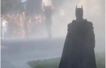 Mračni vitez se pridružio demonstrantima: Bukte protesti u Filadelfiji, pojavio se i Betmen