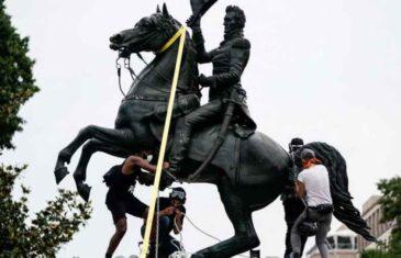 DRAMA U WASHINGTONU: U blizini Bijele kuće demonstranti rušili kip bivšeg predsjednika, intervenirali specijalaci, oglasio se i Trump…